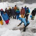 Horský vůdce Viktor Kořízek předvádí metodiku práce s lavinovým vyhledávačem. Foto: Vítek Ludvík