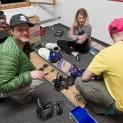 Aktivity na chalupě - půjčovna splitboardů - seřídit, vyzkoušet vázání, namazat a jsme připraveni na další výstup do hor. Foto: Vítek Ludvík