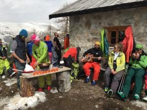 7.Na Skiedě na vás čeká spoustu překvapení, třeba chata uprostřed lesů s vychlazeným prosseccem a spoustou sýrů